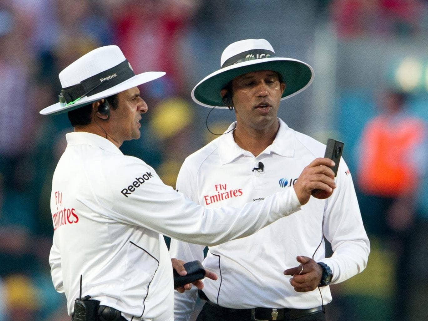 Aleem Dar (right) and Kumar Dharmasena debate the light at The Oval