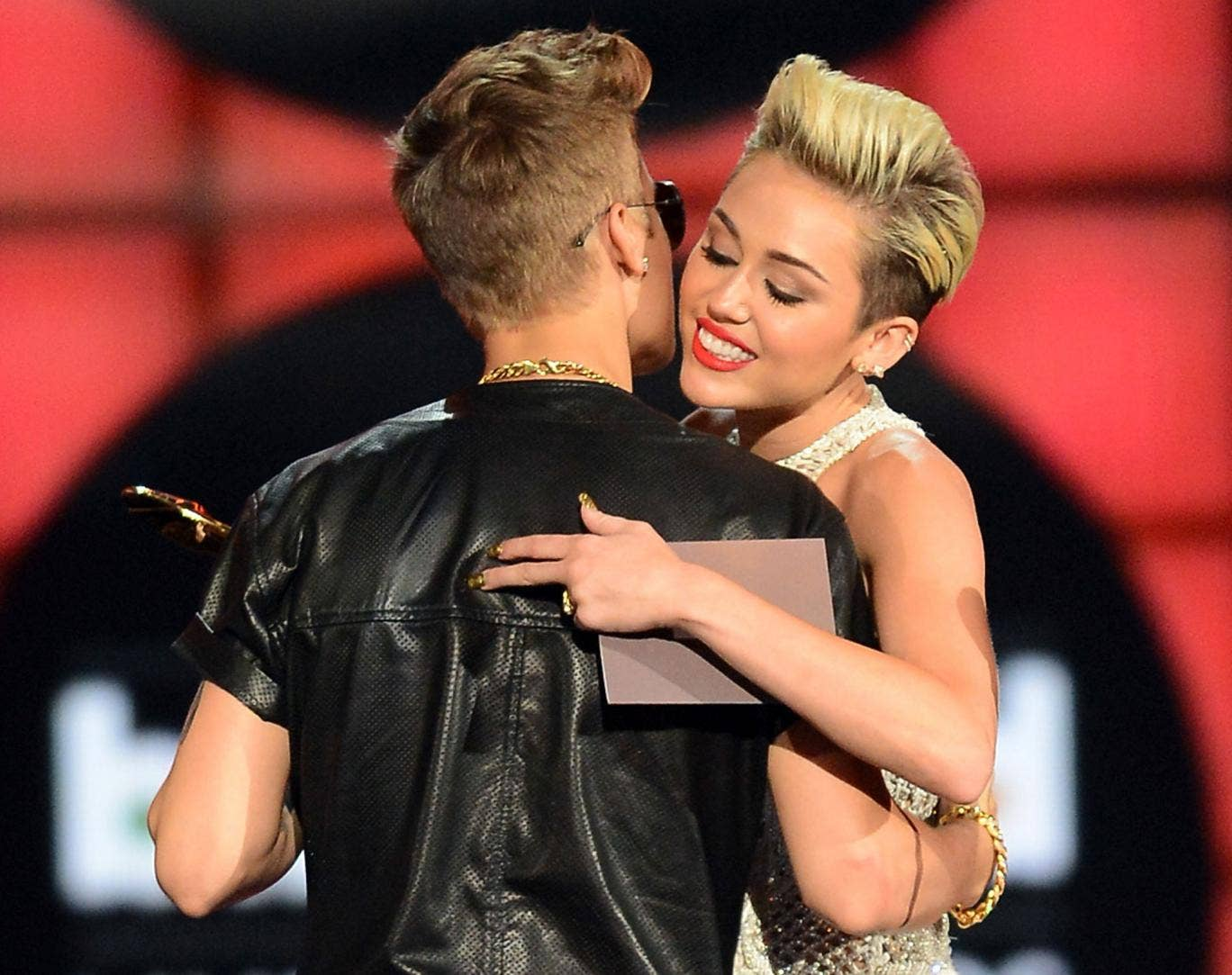 Miley Cyrus congratulates Justin Bieber at the Billboard Awards
