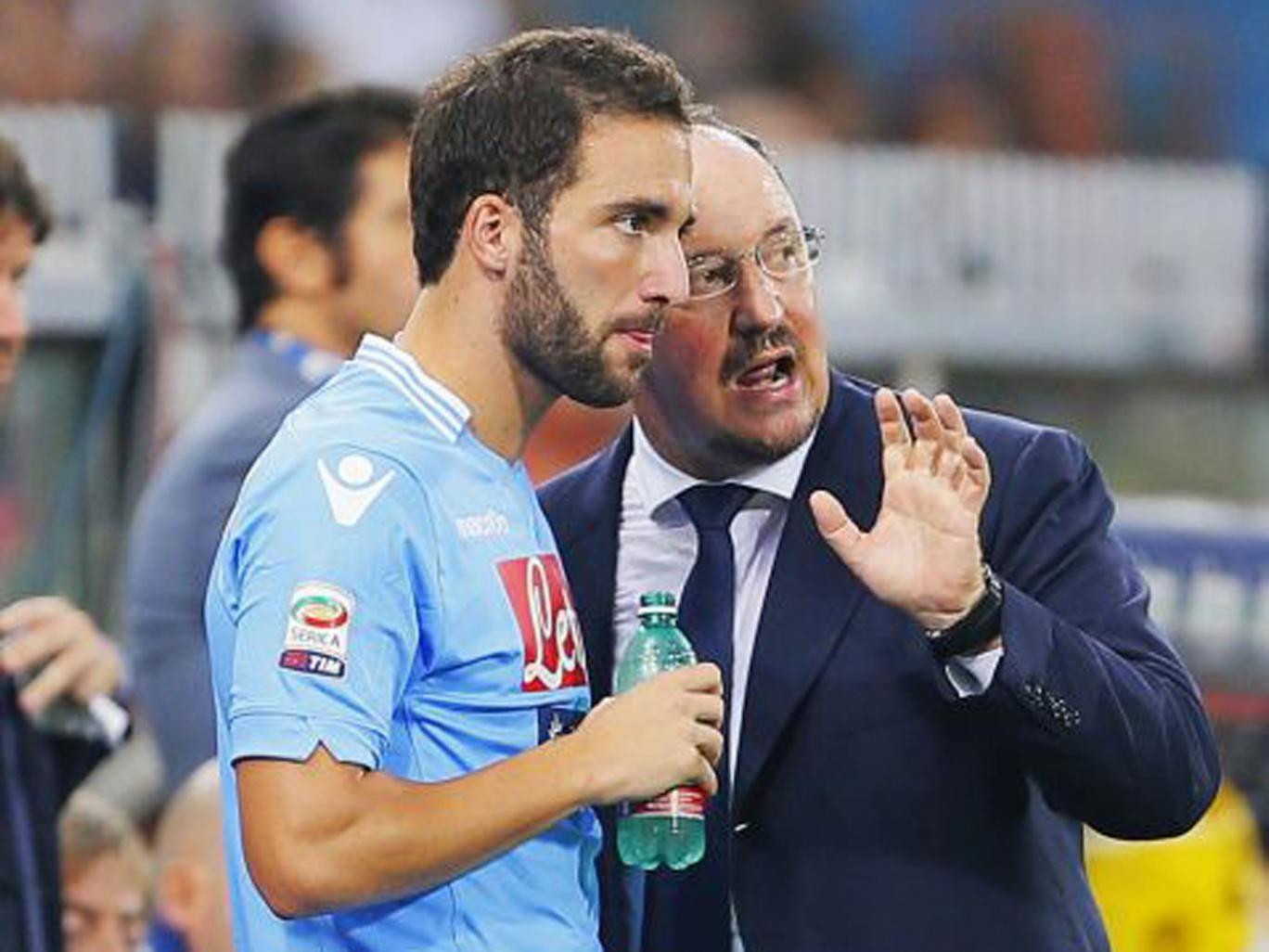Gonzalo Higuain speaks with his manager at Napoli Rafa Benitez