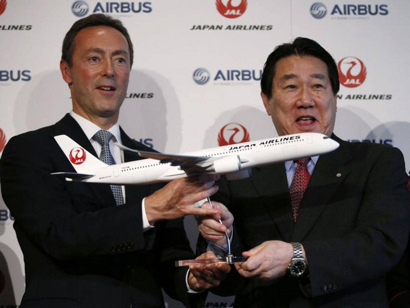 Airbus Japan's Chief Executive Fabrice Bregier (left) and Japan Airlines President Yoshiharu Ueki announced the carrier's order for 31 new planes today