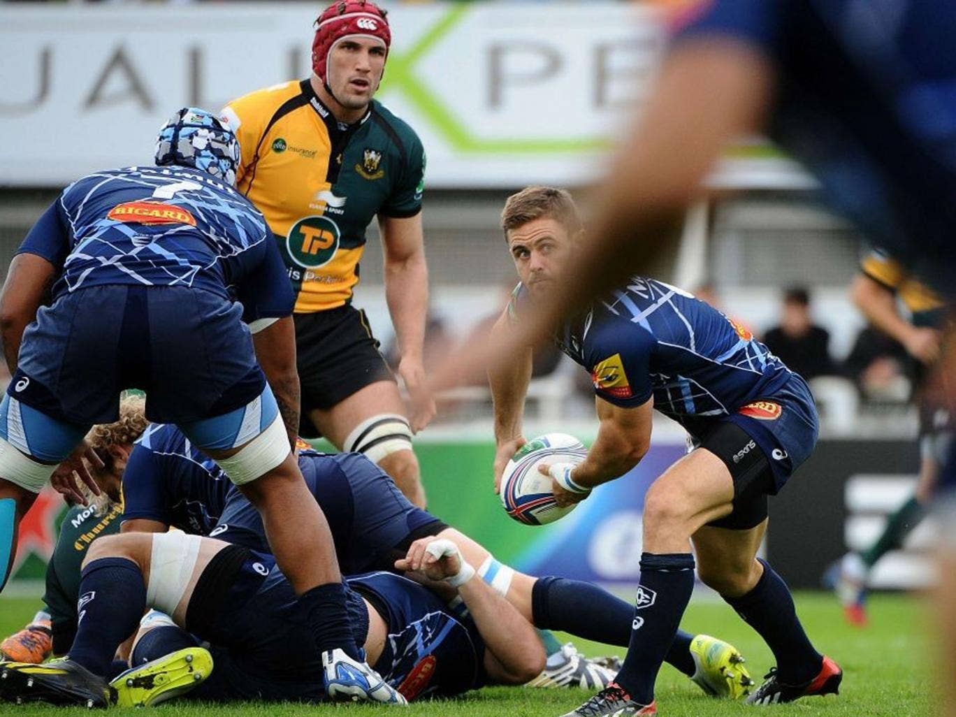 Castres' South African scrum-half Rory Kockott passes the ball