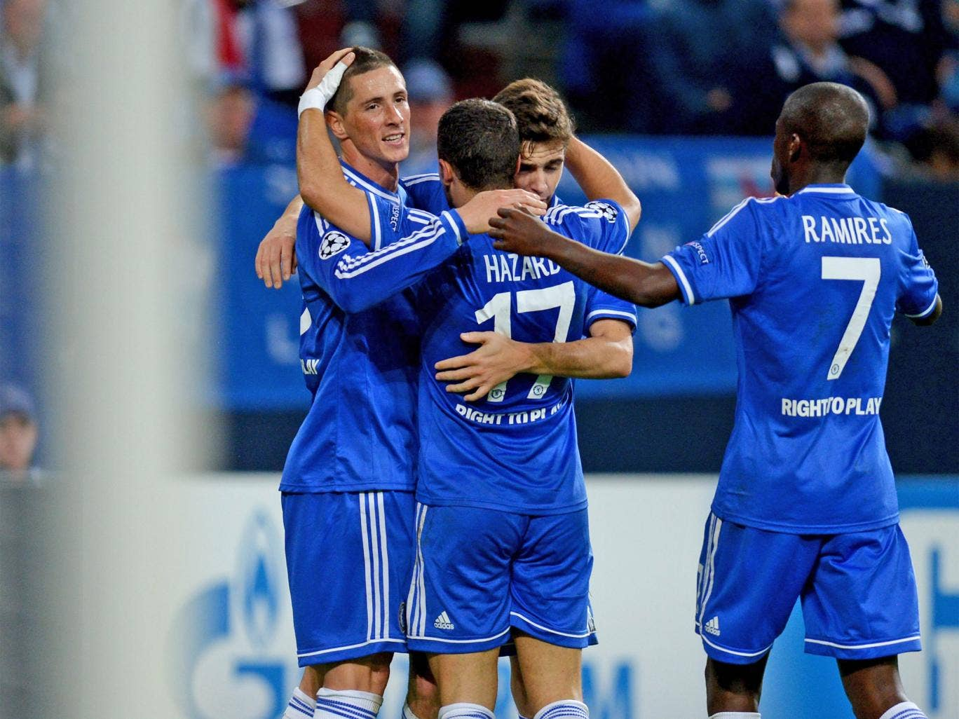 Chelsea players congratulate Fernando Torres