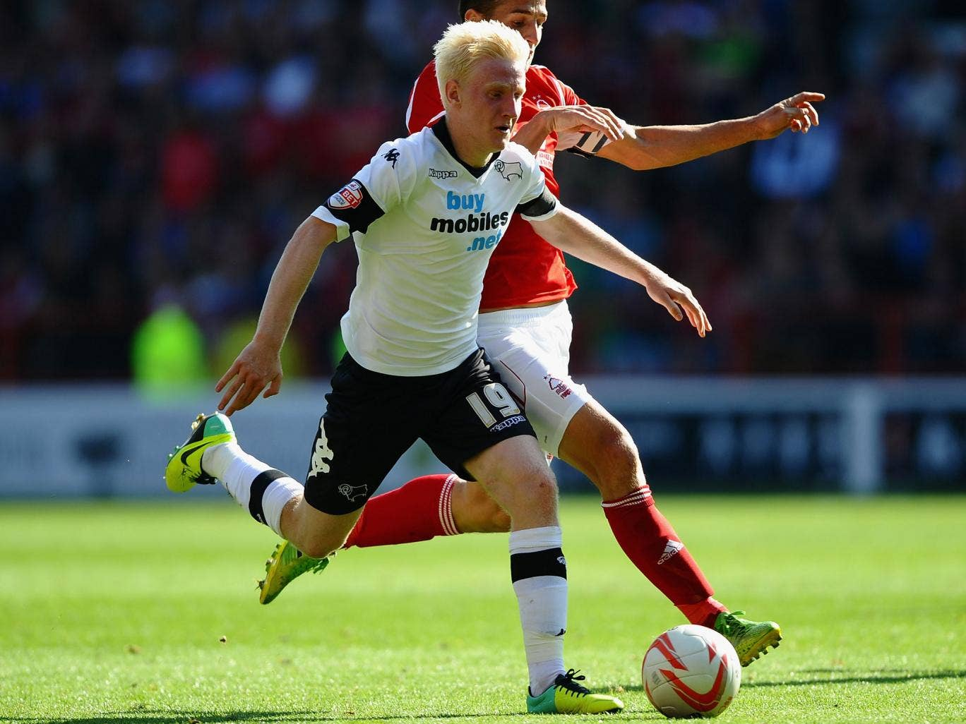 Will Hughes of Derby County battles with Chris Cohen of Nottingham Forest