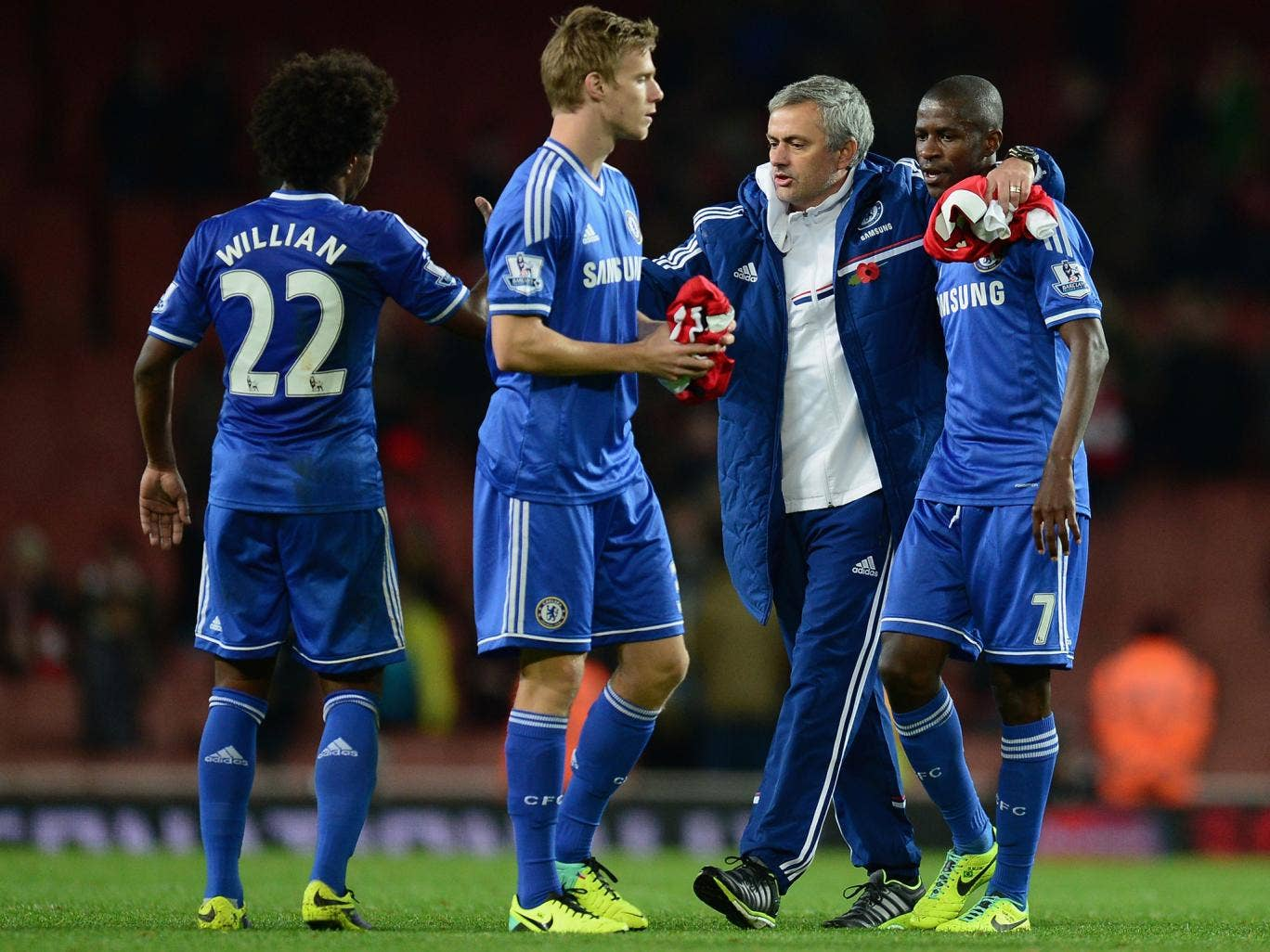 Jose Mourinho celebrates the League Cup win over Arsenal with Willian, Kevin De Bruyne and Ramires