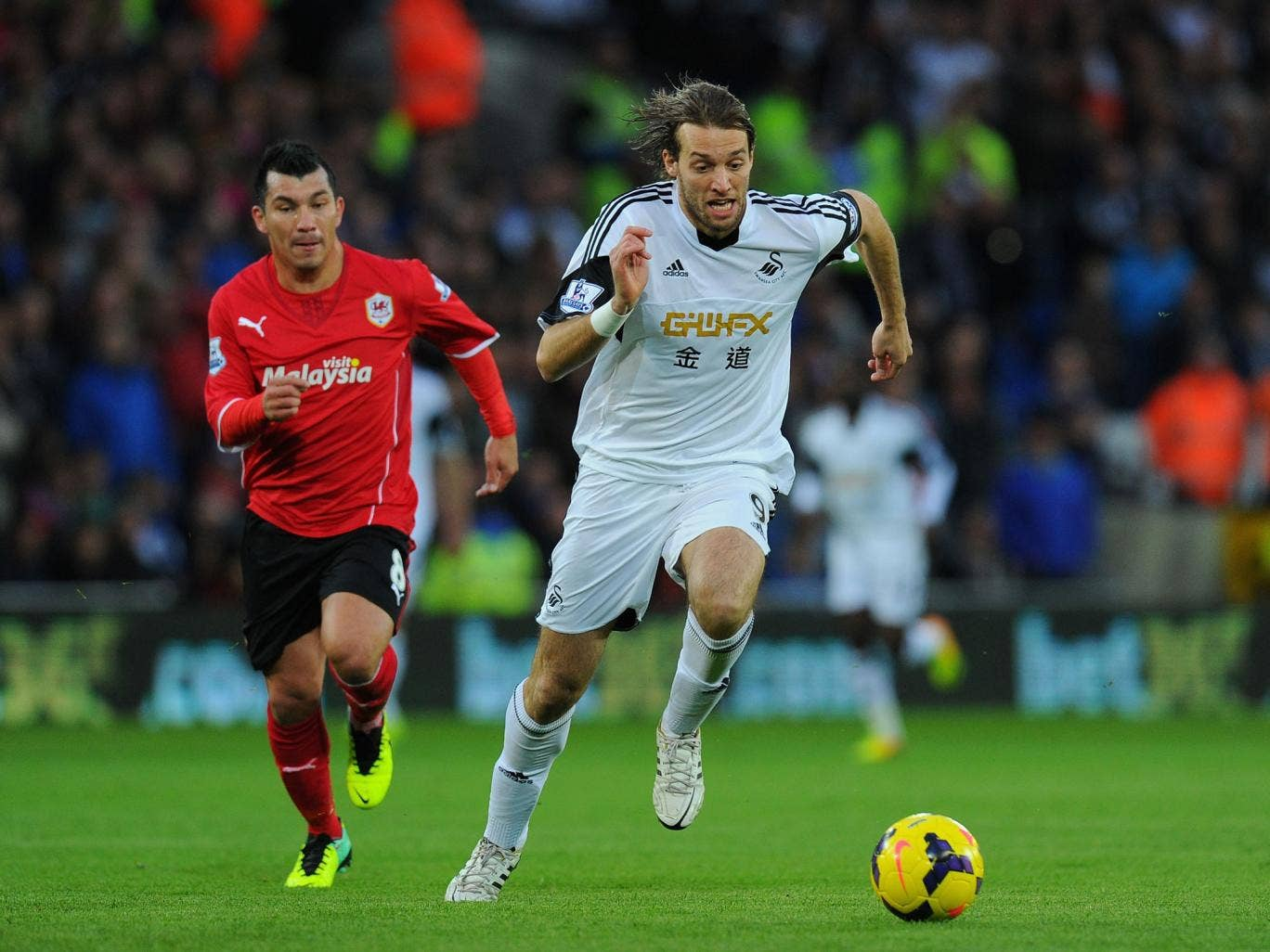 Michu outpaces Gary Medel
