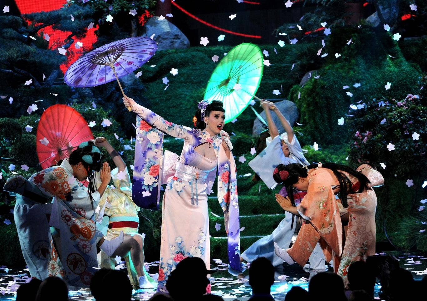 Katy Perry performed in a satin kimono with Geisha girls for back-up dancers