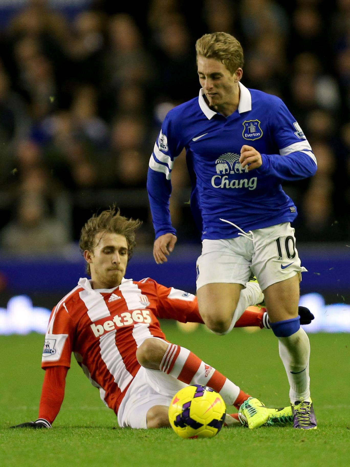 Gerard Deulofeu on the ball for Everton against Stoke City's Marc Muniesa