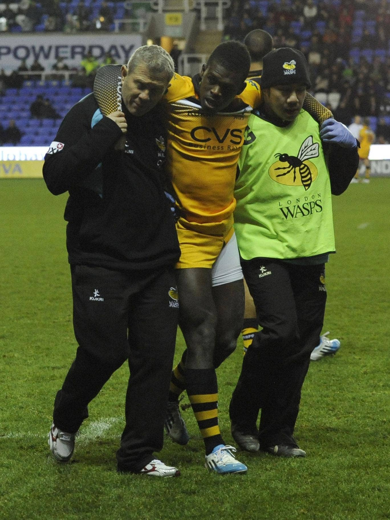 Christian Wade leaves the pitch after his injury for Wasps