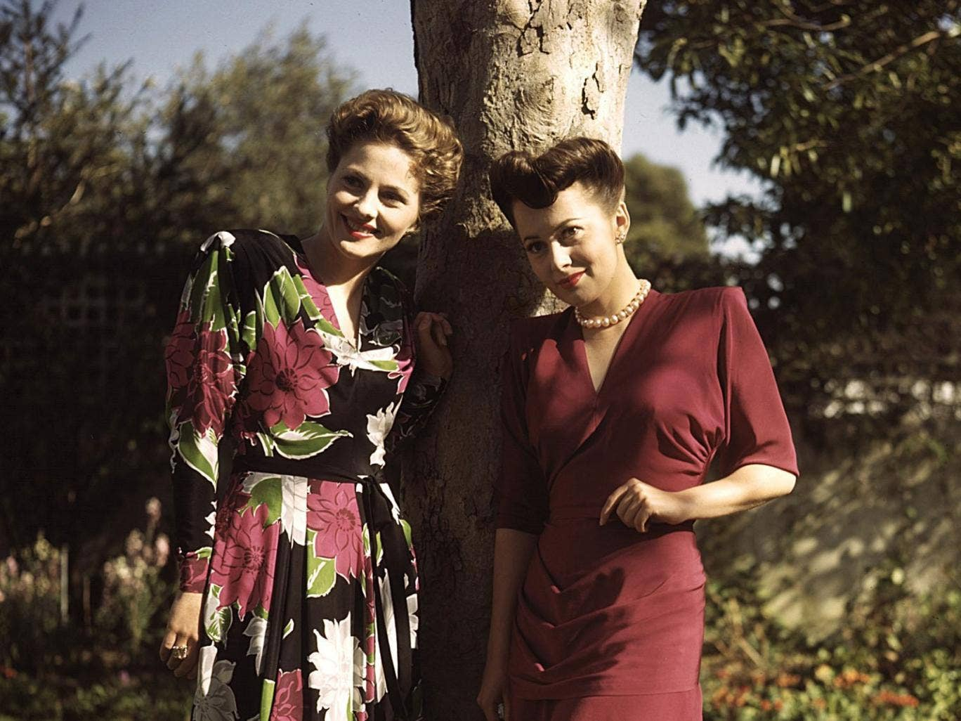 Joan Fontaine at home with her sister Olivia De Havilland, wearing the plain dress, in the 1940s