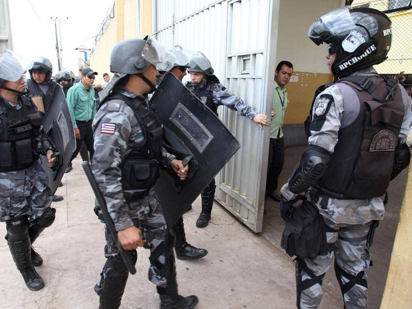 Police prepare to enter the Pedrinhas prison to control a fight between inmates of rival gangs inside, in Sao Luiz