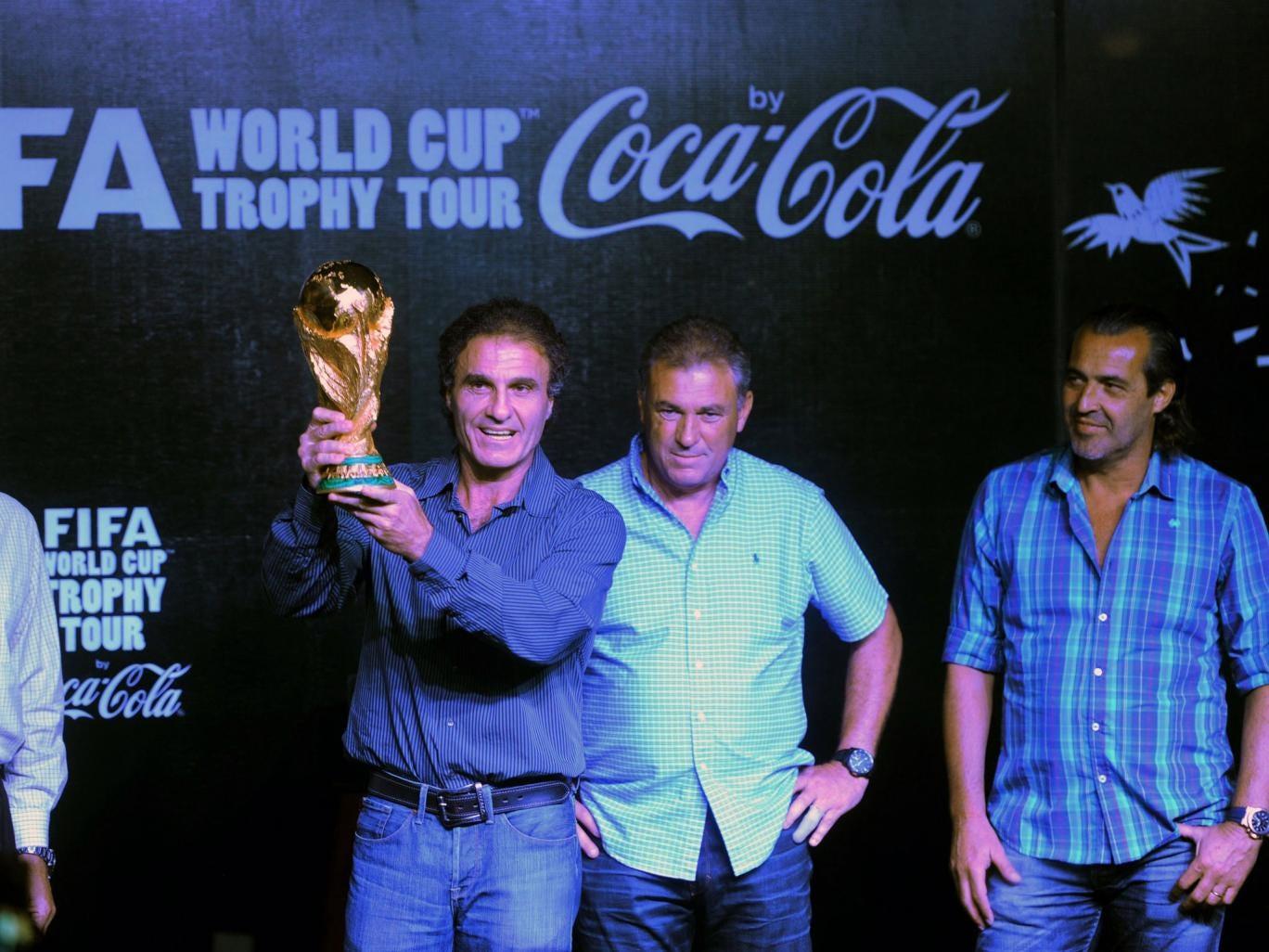 Argentine former football player Oscar Ruggeri (2-L) holds up the FIFA World Cup next to Argentine former football players Ubaldo Matildo Fillol (L), Julio Olarticoechea (2-R) and Sergio Batista (R) in Mar del Plata, Argentina on January 13, 2014, where i