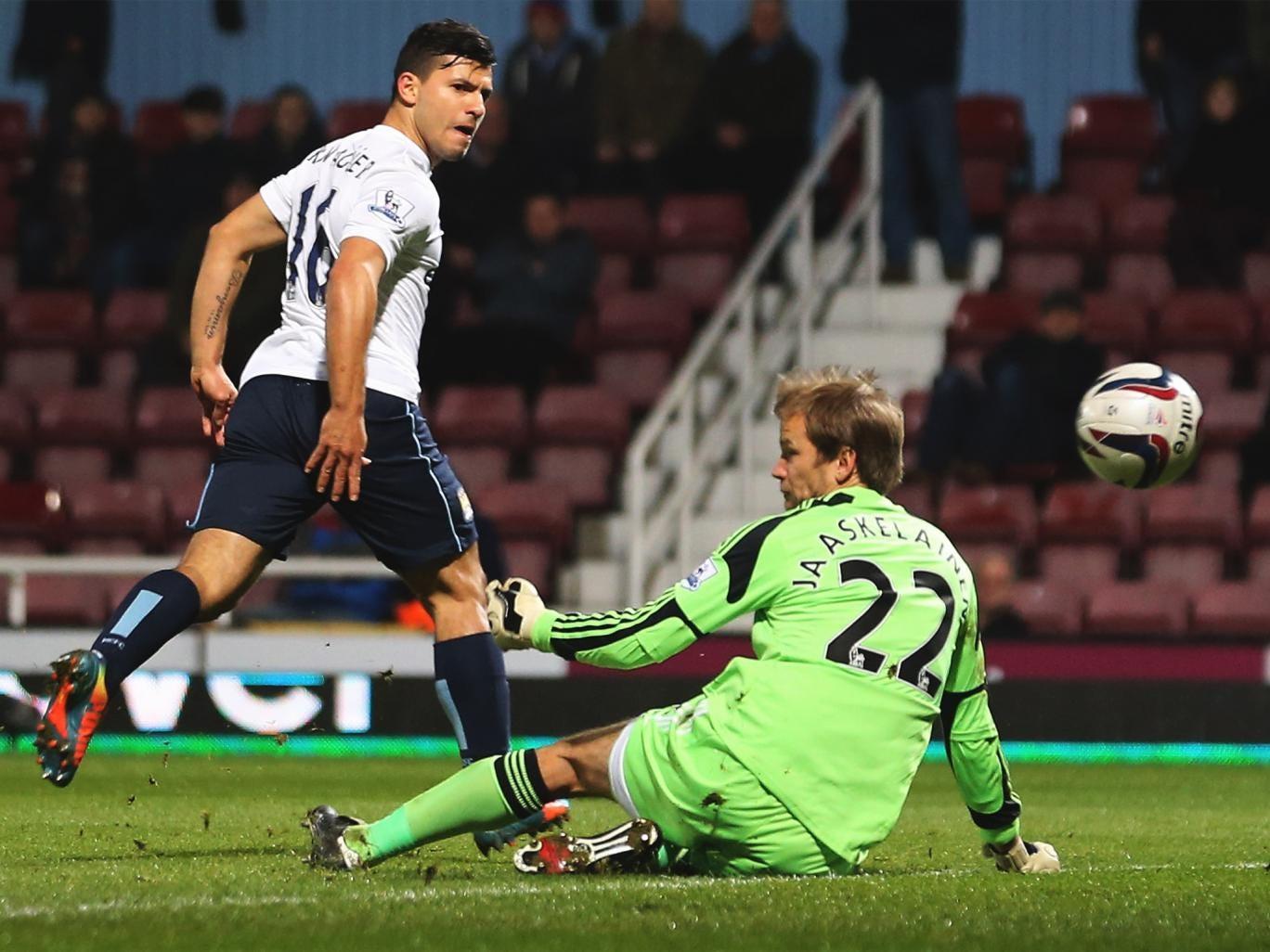 Sergio Aguero chips Jussi Jaaskelainen for City's second goal
