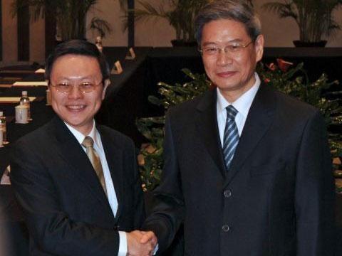 Wang Yu-chi (left) with Zhang Zhijun before their meeting in Nanjing in east China's Jiangsu province