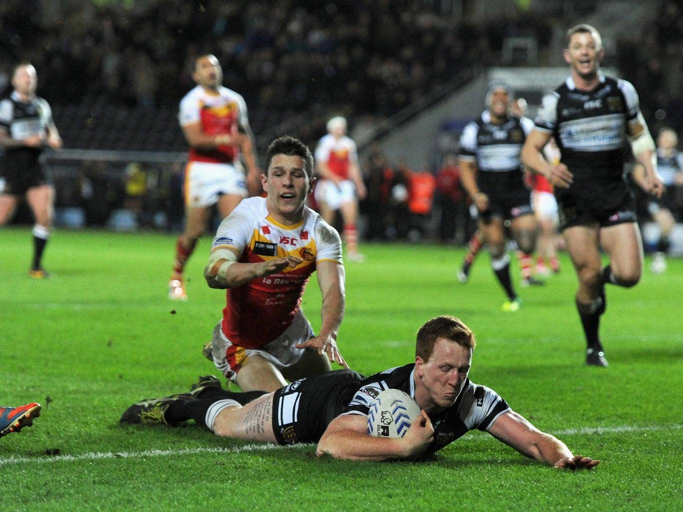 Hull's Jordan Thompson crosses the line during their 36-34 victory over Catalan Dragons