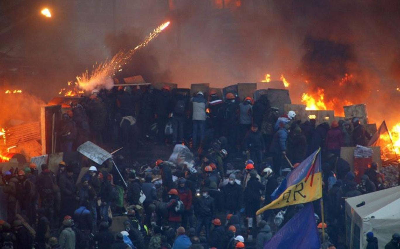 Anti-government protesters form a barricade in Independence Square, Kiev
