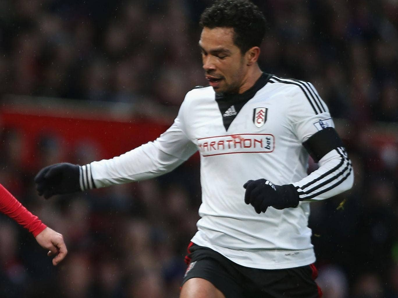 Kieran Richardson competes for the ball from the Fulham midfield