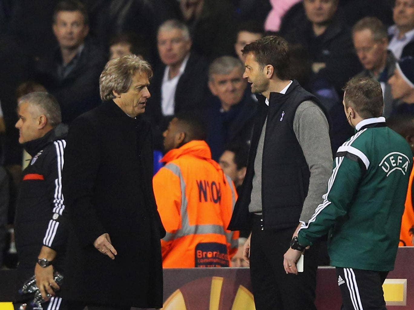 Tim Sherwood manager of Tottenham Hotspur argues with Jorge Jesus manager of Benfica during the match
