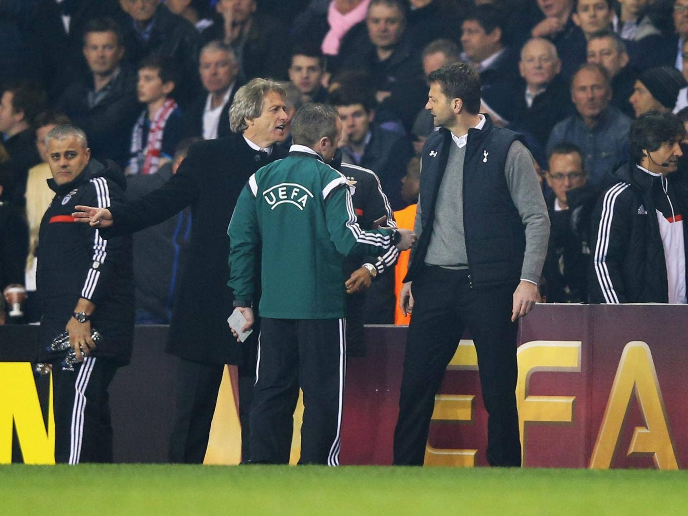 Tim Sherwood manager of Tottenham Hotspur argues with Jorge Jesus manager of Benfica