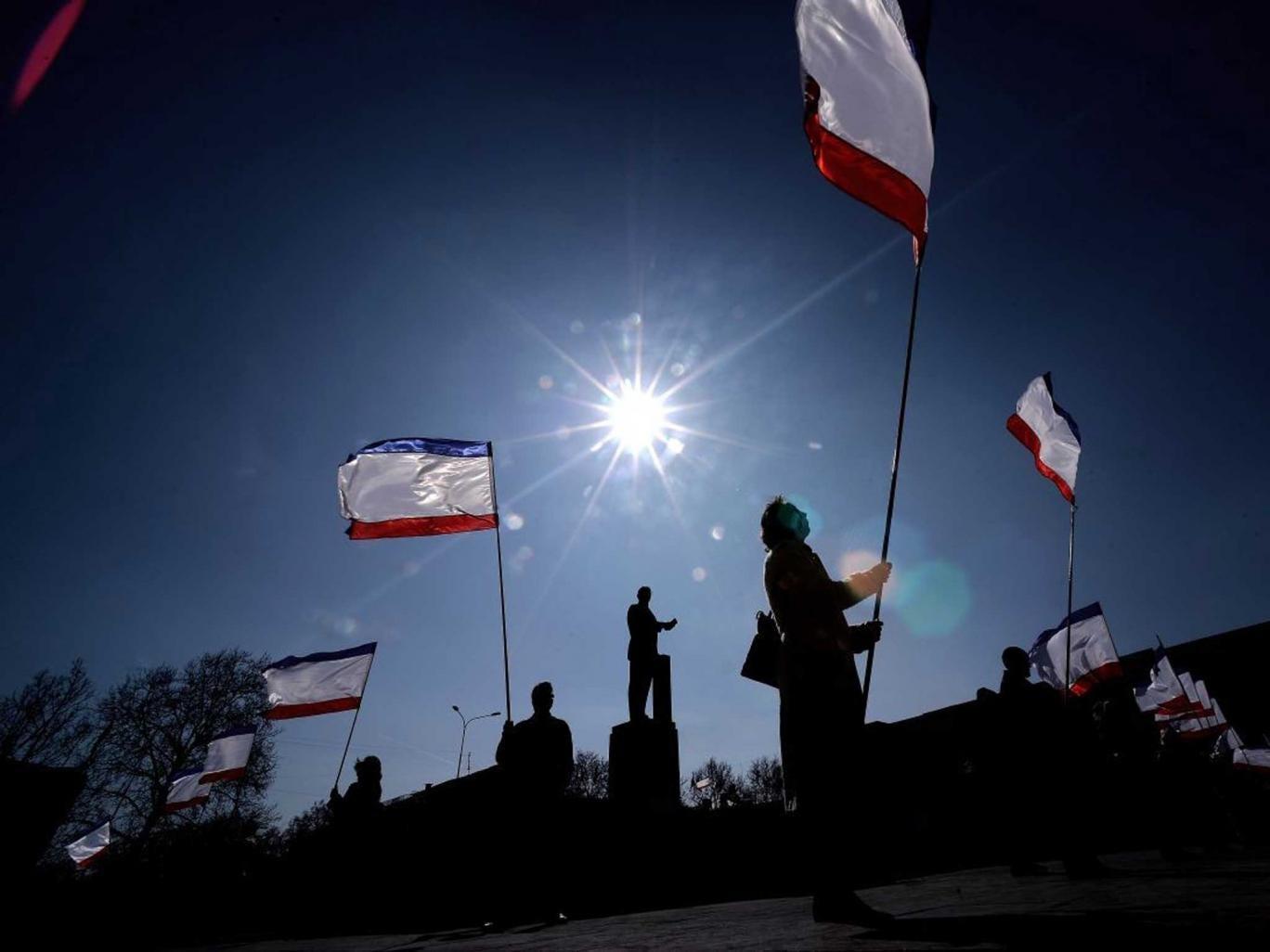Split vote: Crimean flags raised in Simferopol's Lenin Square