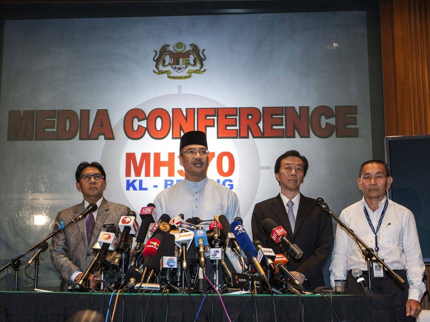 Malaysian Defence Minister and acting Transport Minister Hishamuddin Hussin (2-L), Malaysia's special envoy to China , Ong Ka Ting (2-R),  Malaysian Airlines CEO Group Ahmad Jauhari Yahya (R) and Malaysia's Department of Civil Aviation Director General, A