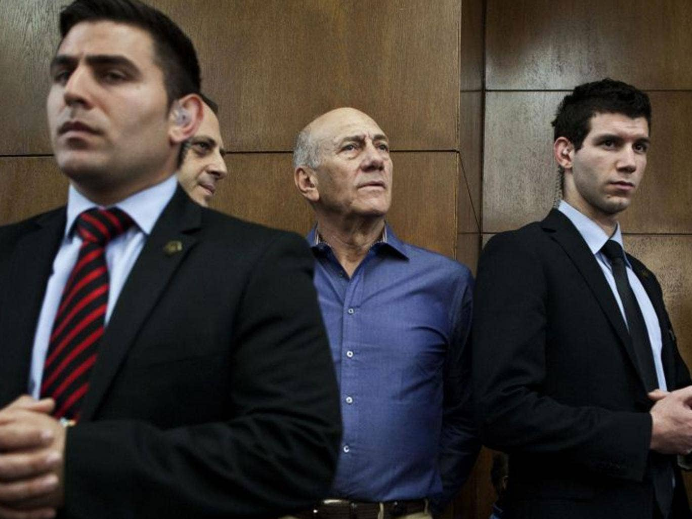 Former Israeli Prime Minister Ehud Olmert (2nd R) waits to hear his verdict at the Tel Aviv District Court in this March 31, 2014 file photo. Ex-Prime Minister Olmert was sentenced to six years' imprisonment on May 13, 2014 for taking bribes, in a corrupt