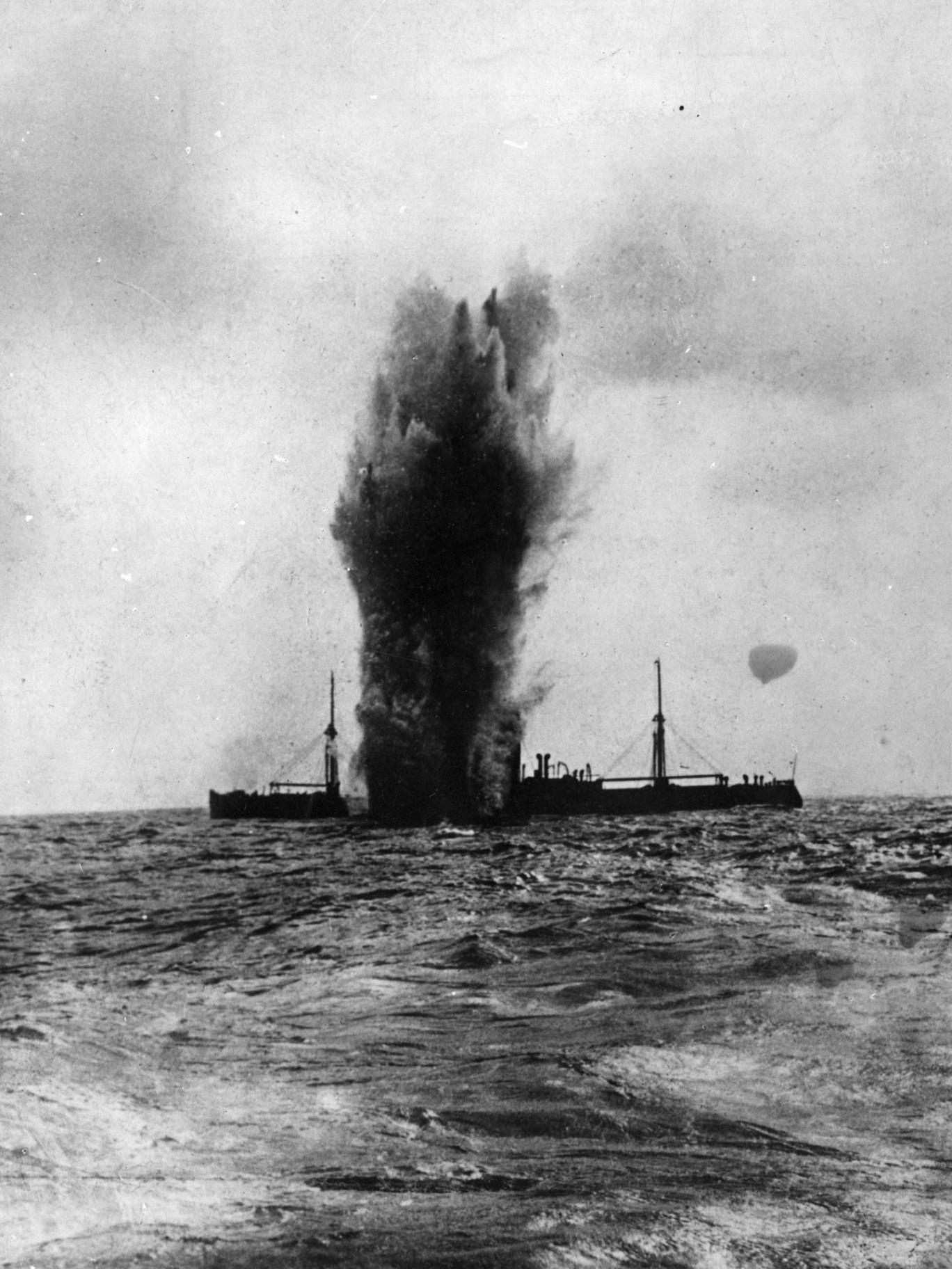 A steamer hit by a torpedo during the First World War
