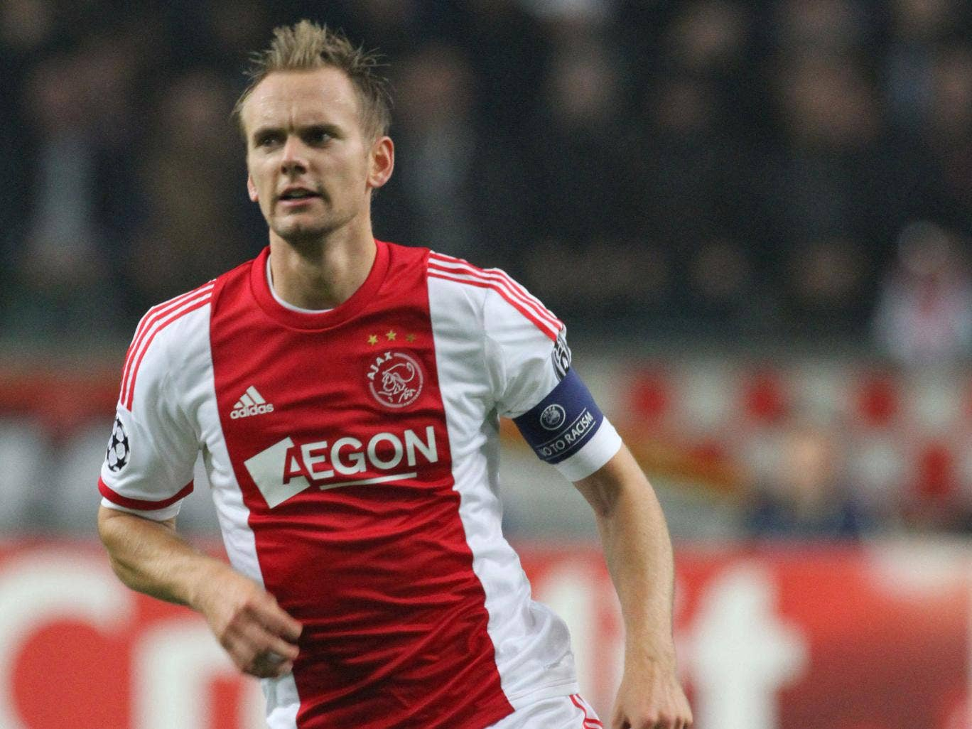 Ajax captain Siem de Jong has completed a transfer to Newcastle