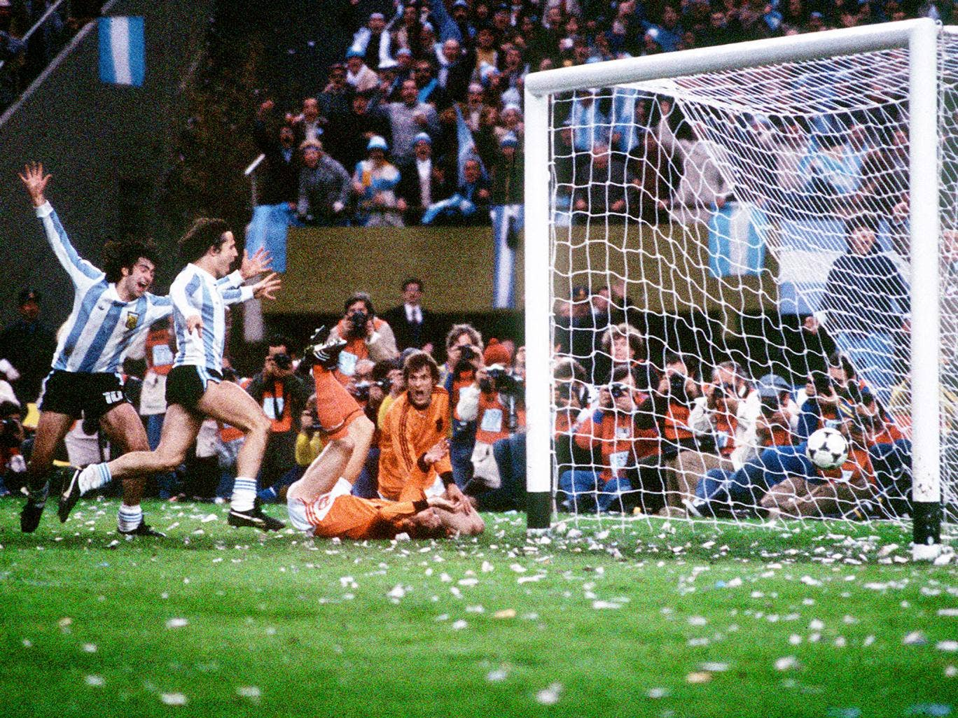 Mario Kempes scores for Argentina in the 1978 World Cup final