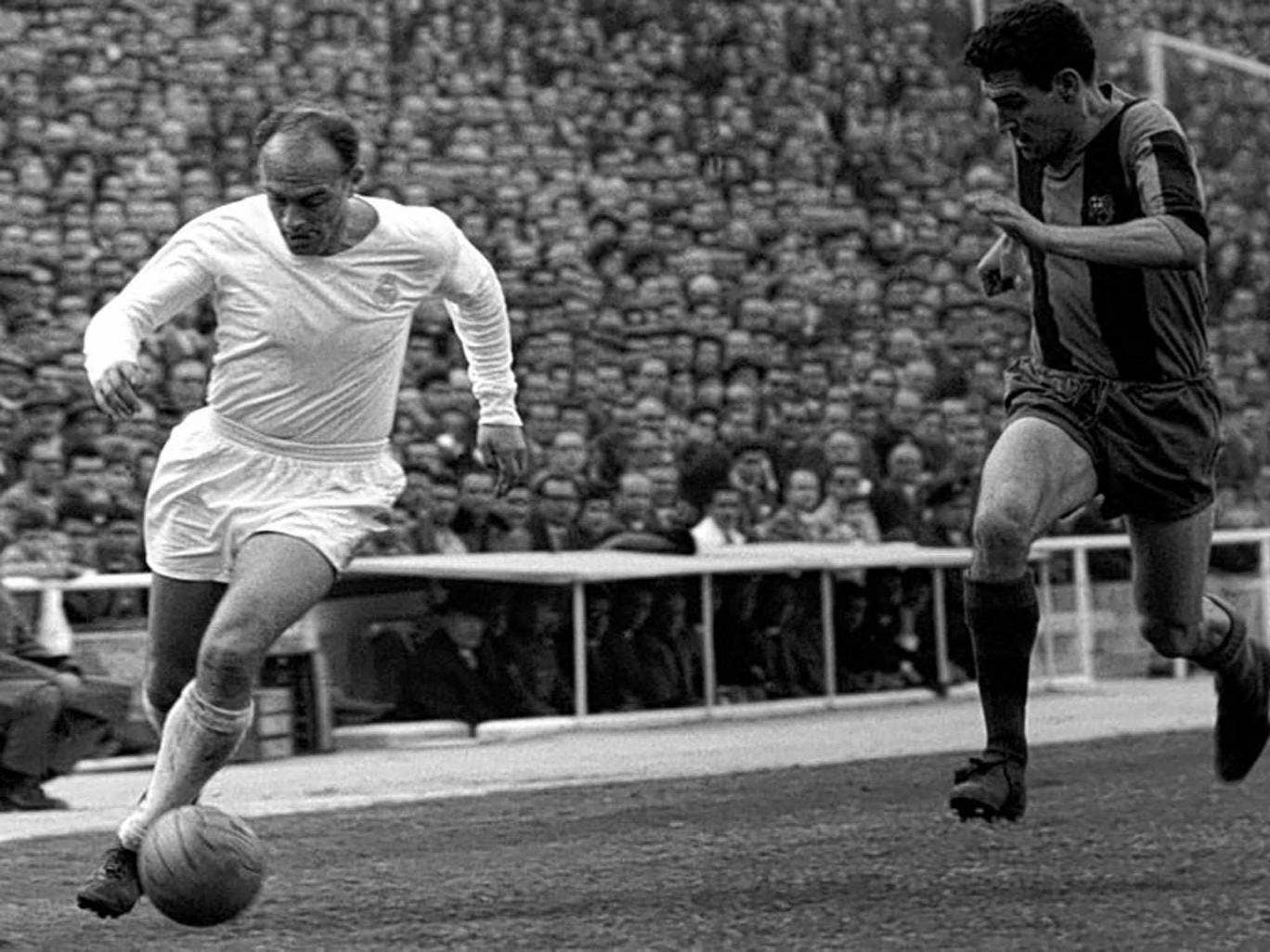 Di Stefano, left, in action for Real Madrid at the Bernabeu stadium in 1962