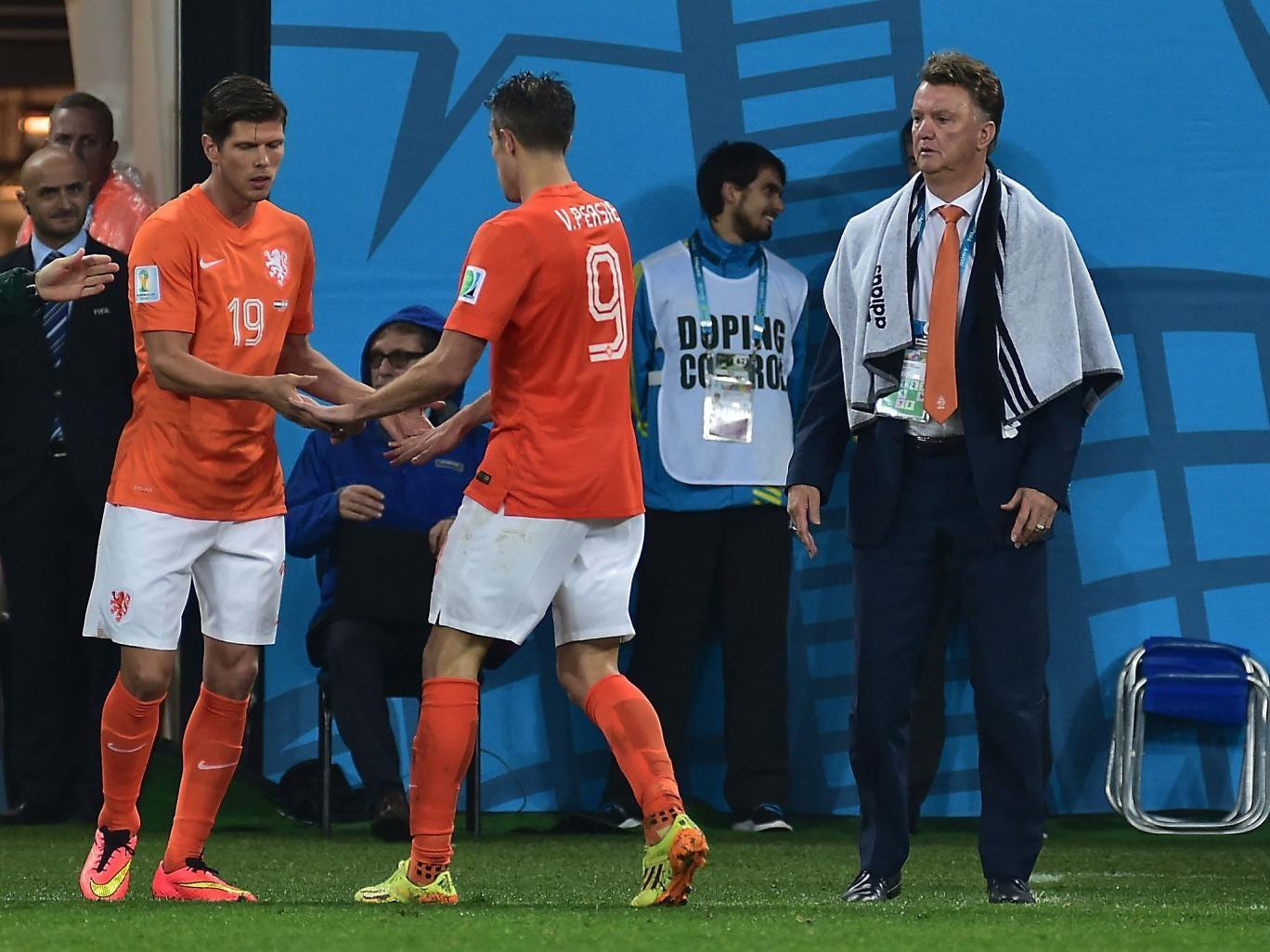 Netherlands' coach Louis van Gaal (R) looks on as Netherlands' forward and captain Robin van Persie (C) shakes hands with Netherlands' forward Klaas-Jan Huntelaar