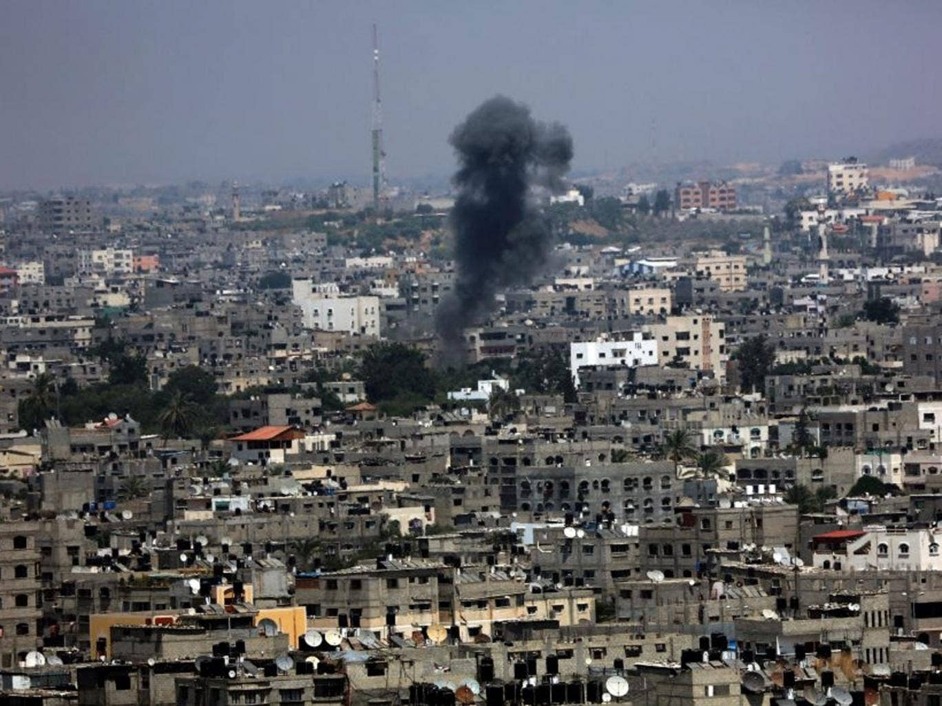 Smoke rises after an Israeli airstrike in the east of Gaza City, 28 July 2014.