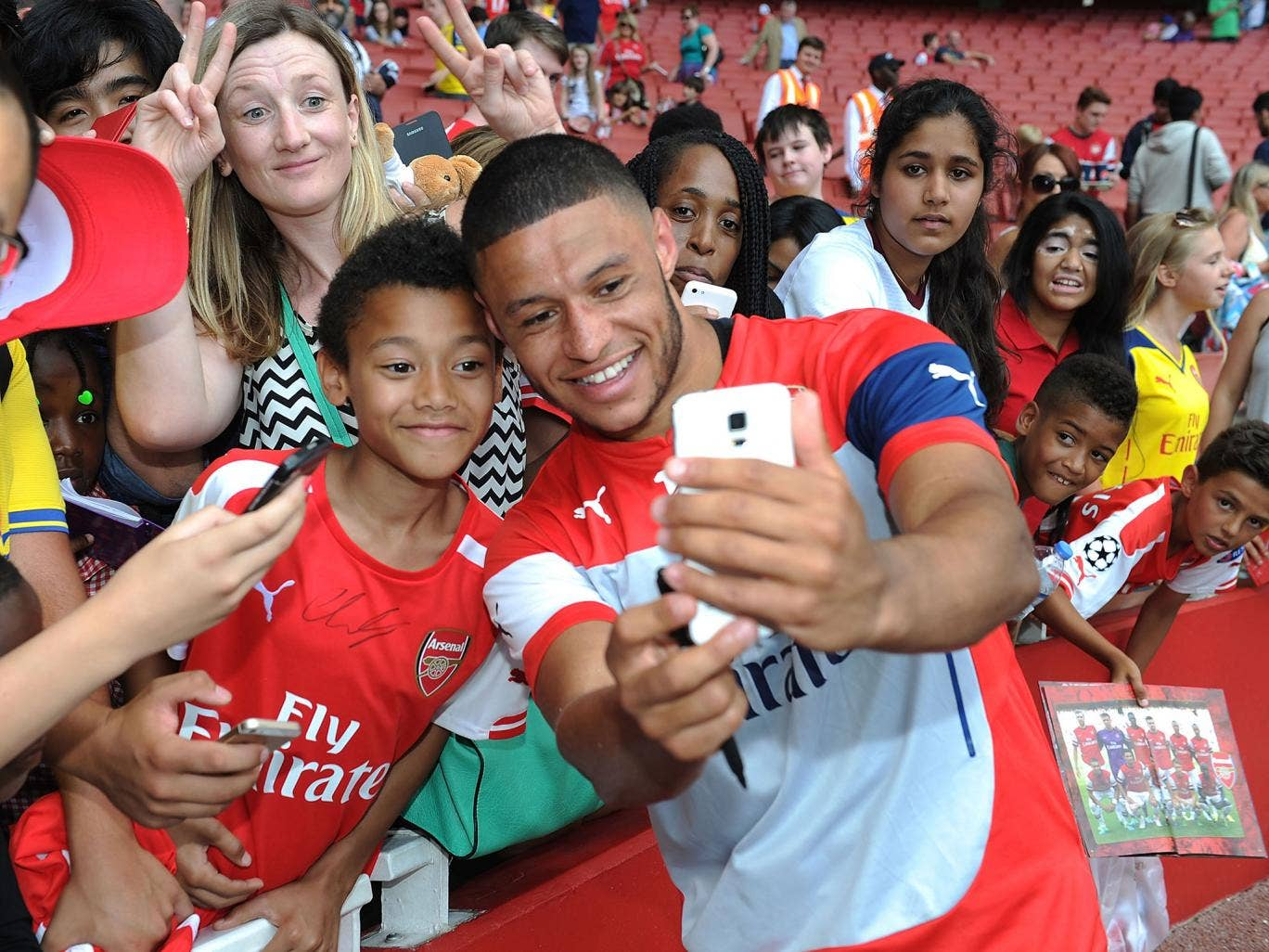 Alex Oxlade-Chamberlain poses with Arsenal fans