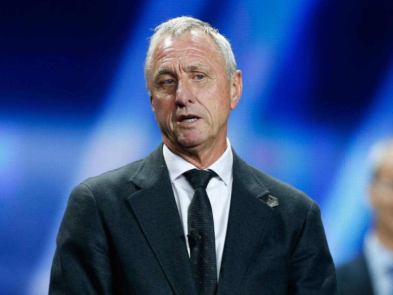 A Dutch newspaper has apologised to Johan Cruyff after bogus report that claimed he was dead went viral