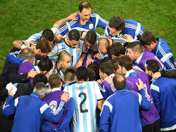 Messi-team-talk.jpg