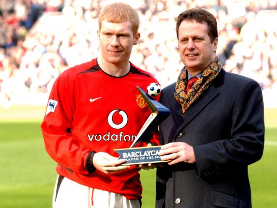 Paul-Scholes-receives-his-Barclaycard-player-of-the-month-award.jpg
