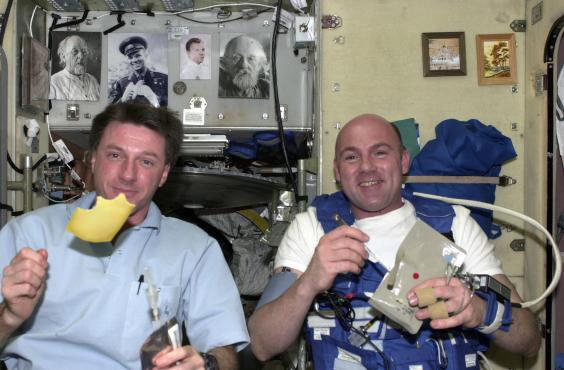 how do astronauts eat in space - photo #1