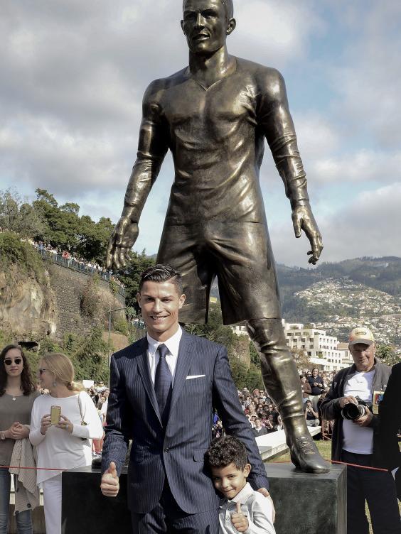 ronaldo-statue-3.jpg