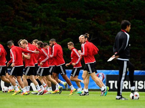 Chris Coleman oversees training with Wales ahead of their Euro 2016 semi-final against Portugal