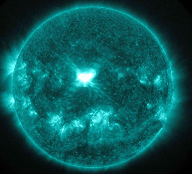 An X1.6 class solar flare flashes in the middle of the sun in this image taken 10 setembro, captured by NASA's Solar Dynamics Observatory