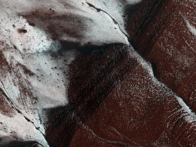 This image of an area on the surface of Mars, approximately 1.5 de 3 kilometers in size, shows frosted gullies on a south-facing slope within a crater. The image was taken by Nasa's HiRISE camera, which is mounted on its Mars Reconaissance Orbiter