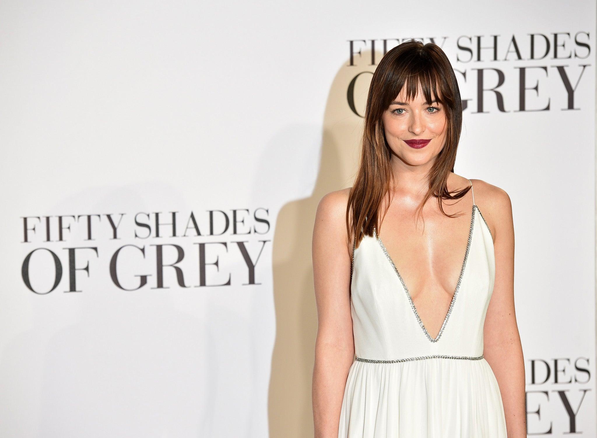 Oscars 2015 fifty shades of grey star dakota johnson to for Bett 50 shades of grey