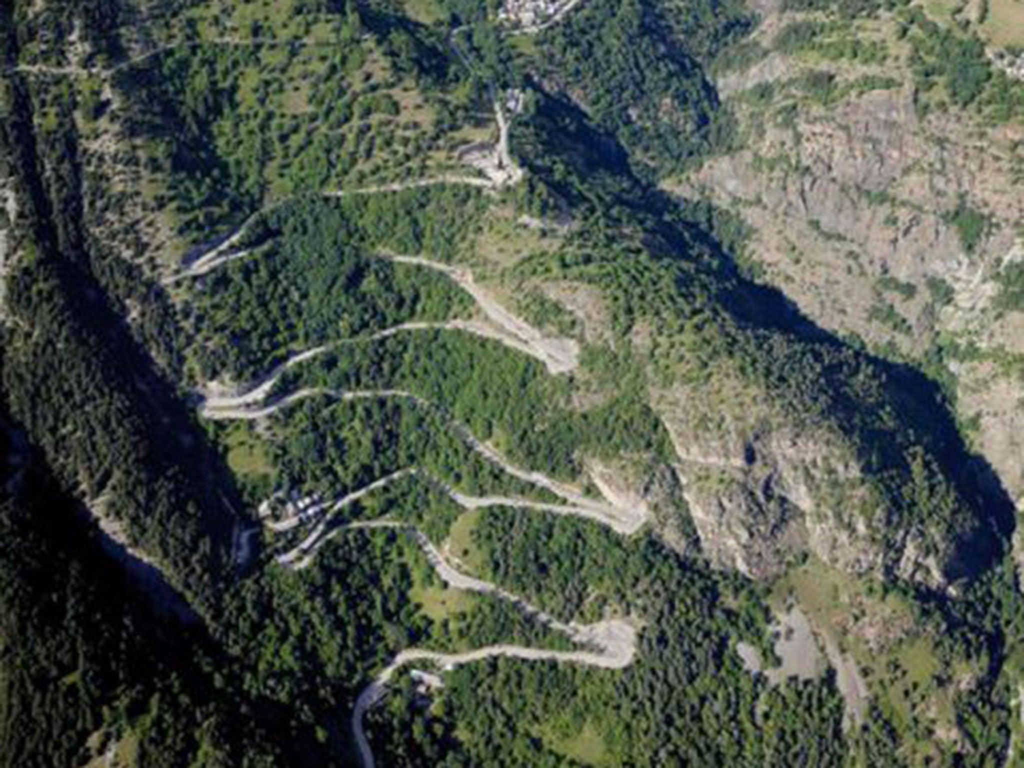 tour de france 2015 alpe d huez it has 21 hairpins zigzagging like a