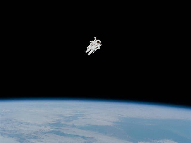 """Para 50 anos, NASA has been """"suiting up"""" for spacewalking. In this 1984 photograph of the first untethered spacewalk, NASA astronaut Bruce McCandless is in the midst of the first """"field"""" tryout of a nitrogen-propelled backpack device called the Manned Maneuvering Unit (MMU)"""