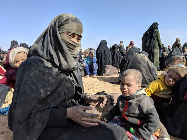 Zikia Ibrahim, 28, with her two-year-old son and 8-month-old daughter, after fleeing the Isis caliphate, no sábado 26 Janeiro 2019