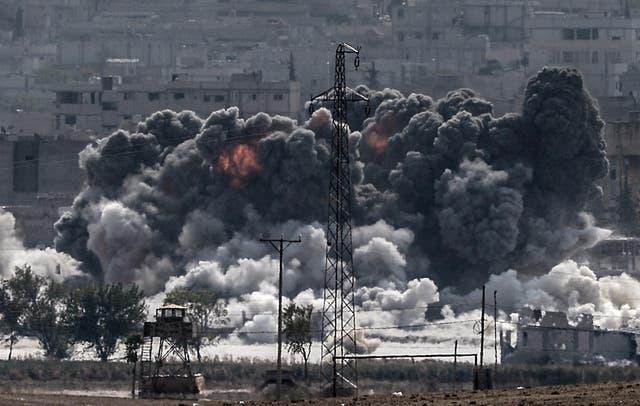 Smoke rises following a US airstrike on Kobani, 28 Outubro 2014