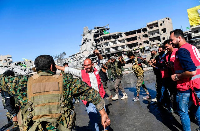 Members of Syrian Democratic Forces celebrate in Al-Naim square after taking back the city of Raqqa from Isis. US-backed Syrian forces declare victory over Isis in Raqqa on 20 Outubro 2017 after a four-month long campaign