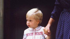 Aged two years old, Prince William is photographed outside the Lindo Wing at St Mary's Hospital, Londres, following the birth of his younger brother Prince Harry. (1984)