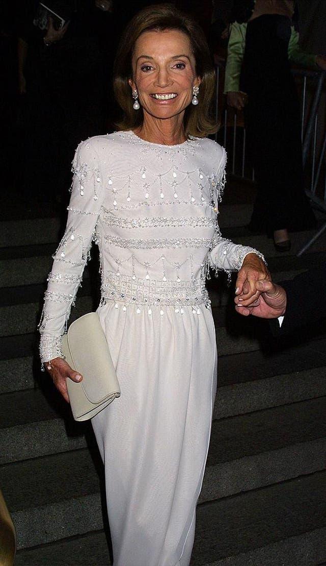 <b>リー・ラジヴィル王女, 2NS01</b><br><br>リー・ラジヴィウ, ジャッキーケネディの妹, でメットガラに参加しました 2001 複雑な刺繡が施された流れるような白いガウンを着ています.