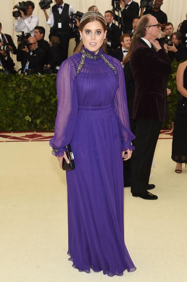 <b>ベアトリス王女, 2018&NSt;/b><br><br>彼女が初めてメットガラに参加した 2018, ベアトリス王女はアルベルタフェレッティがデザインした紫色の床の長さのガウンを着ていました. 薄手の袖が特徴のドレス, ボディス全体のハイネックと装飾. ベアトリスは、ビーズのヘッドバンドとガンメタルのシルバーのクラッチバッグで外観を装飾しました.