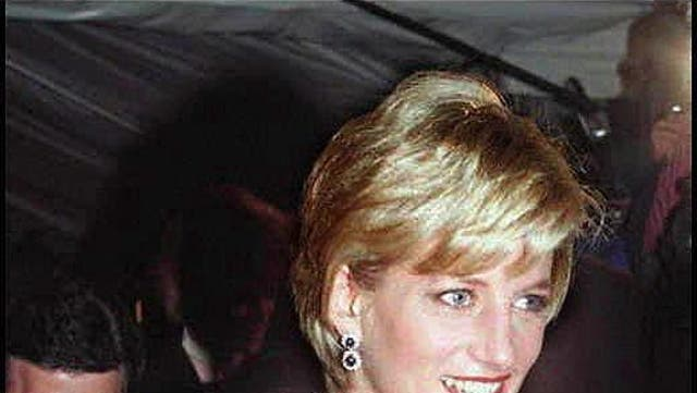 <b>ダイアナ妃, 1996<NSb><br><br>ダイアナ妃が出席しました 1996 友人で元ハーパーズバザーの編集者リズ・ティルベリスと一緒にガラに会った. ロイヤルは、ジョンガリアーノのディオールとパールのデビューオートクチュールコレクションのネイビーブルーのキャミソールドレスを着ていました。, 彼女の首にダイヤモンドとサファイアのチョーカー.